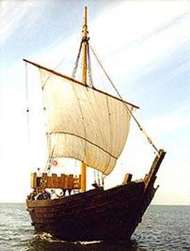 Het bekendste middeleeuwse scheepstype is de kogge, een log maar betrouwbaar schip waarmee zeelui alle Europese wateren bevoeren. Zo nu en dan wordt nog wel eens een wrak van een kogge in de IJsselmeerpolders gevonden en opgegraven. Daardoor is er vrij veel over dit type schip bekend. (Tekening: Kelvin Wilson)