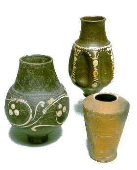 Romeins aardewerk werd op de pottenbakkersschijf gedraaid en gemaakt in een groot aantal standaardvormen. Deze bekertjes van dun, versierd aardewerk werden gemaakt in Duitse of Noordfranse pottenbakkerijen. (Foto: Fries Museum)