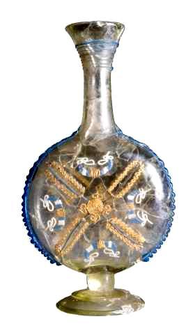 De Romeinen brachten producten met zich mee die de plaatselijke bevolking niet kende en niet kon maken. Dit glazen (parfum)flesje is versierd met gekleurd glasdraad. (Foto: Museum Het Valkhof)
