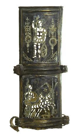 Een fraai versierd stuk van een Romeinse zwaardschede, met boven een Romeinse soldaat in een soort parade-uniform en daaronder een strijdwagen, die de Romeinen overigens niet gebruikten. (Foto: Rijksmuseum van Oudheden)
