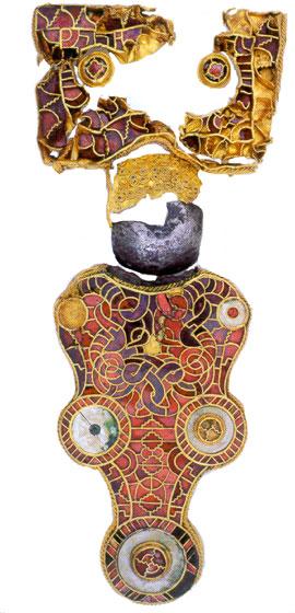 Het kostbaarste voorwerp dat ooit in Friesland is gevonden, is deze met goud en halfedelsteen versierde mantelspeld uit Wijnaldum. Deze speld is 17 centimeter lang en moet het eigendom zijn geweest van een heel belangrijk persoon, misschien wel een koning. (Foto: Fries Museum)